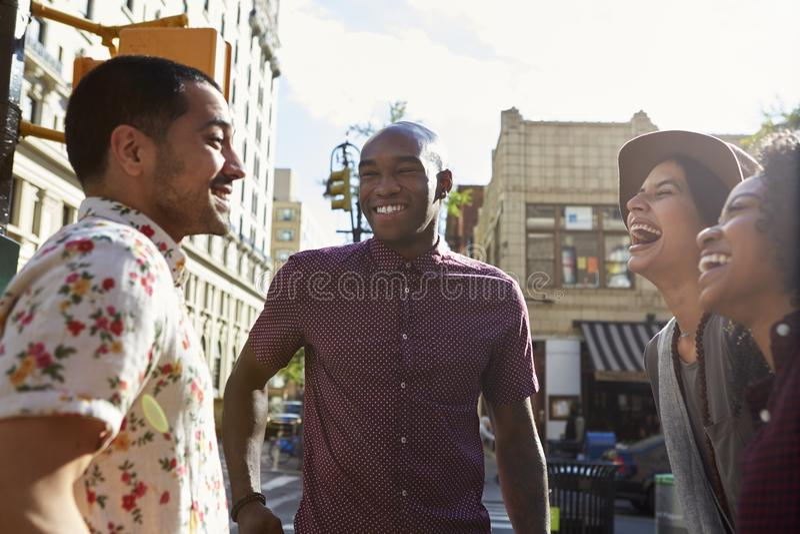 见面在都市街道上的小组朋友在纽约 库存图片