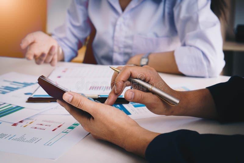 见面的商人在会议室分析和谈论在财政报告的情况 遇见计划的预算和 库存图片