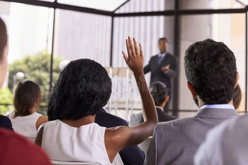 从观众在研讨会,在前景的焦点的问题 免版税库存照片