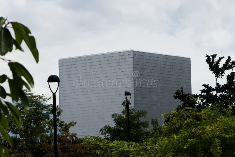 观众席在立方体形状的麦德林在修造用白色天空的上市公司旁边 免版税库存图片