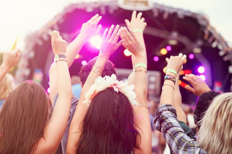 观众用手在天空中在音乐节 免版税图库摄影