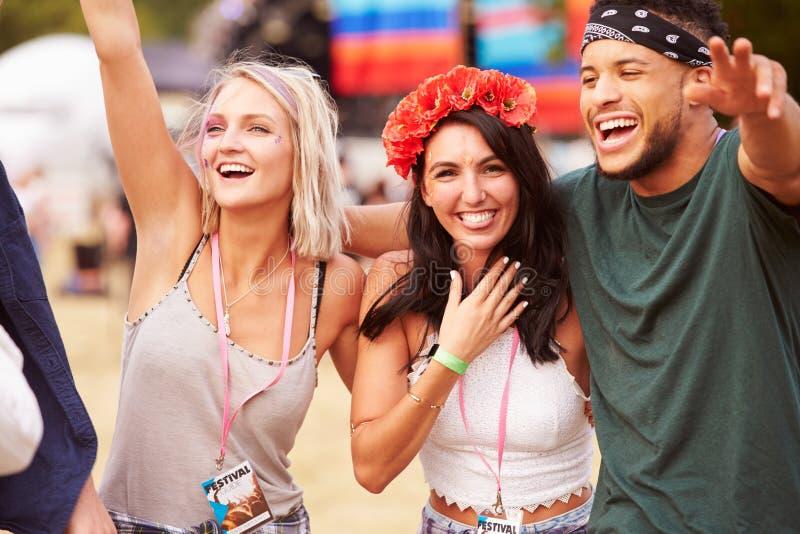 观众的三个朋友在音乐节 库存图片