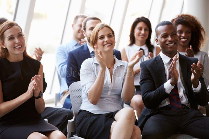 观众赞许的报告人在业务会议 库存图片