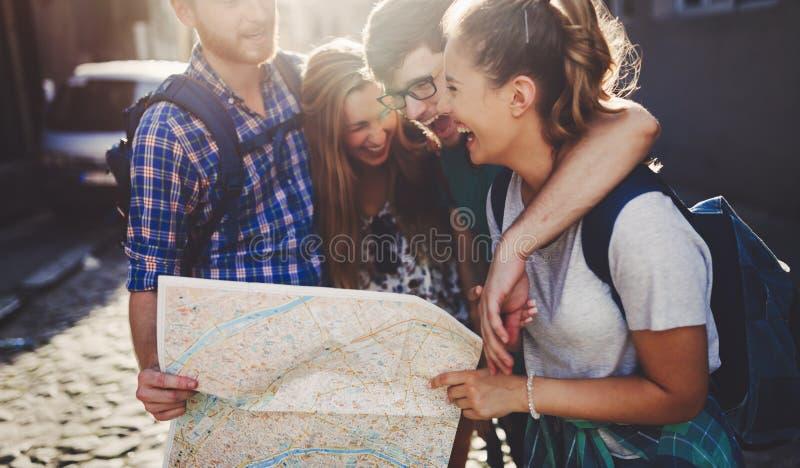 观光在城市的年轻愉快的游人 库存图片