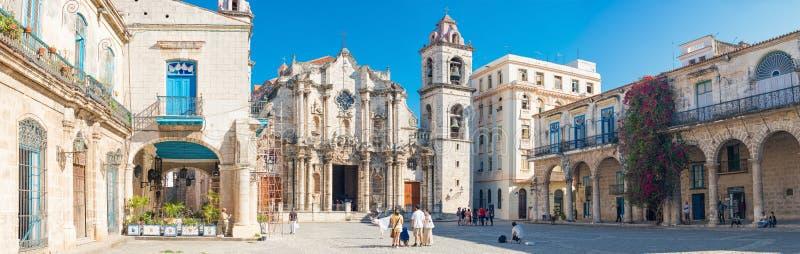 观光在大教堂广场的游人在哈瓦那旧城 库存图片