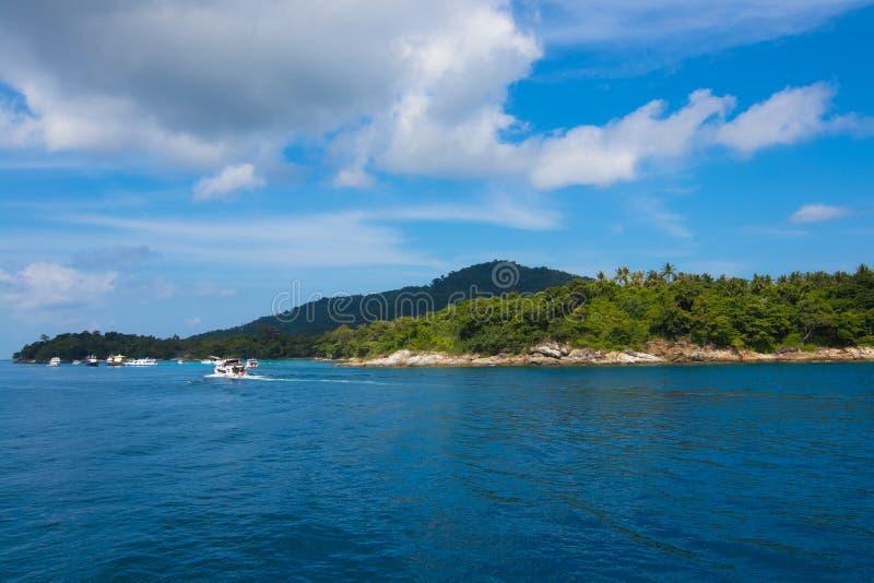 观光在小海岛附近 免版税库存照片