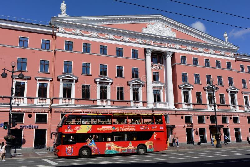 观光的公共汽车在圣彼德堡,俄罗斯 免版税库存照片