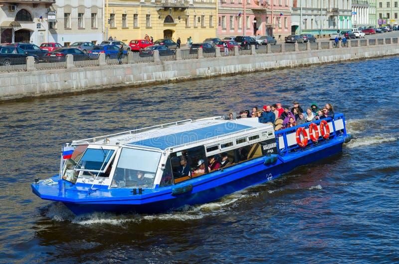 观光的小船沿Fontanka河,圣彼德堡,俄罗斯去 库存图片