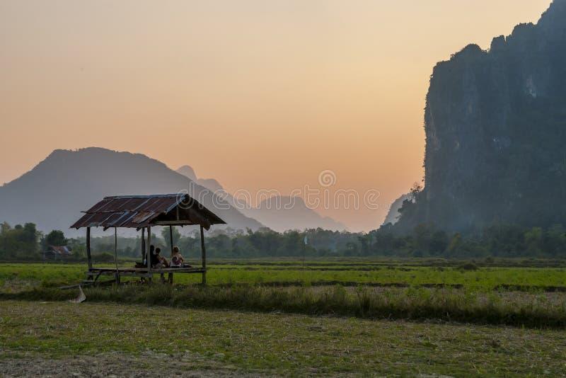 观察在日落的美好的风景,Vang Vieng 免版税库存照片