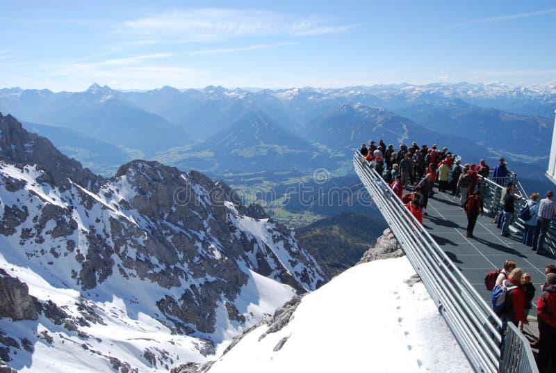 观察平台的人们在Dachstein山 库存照片