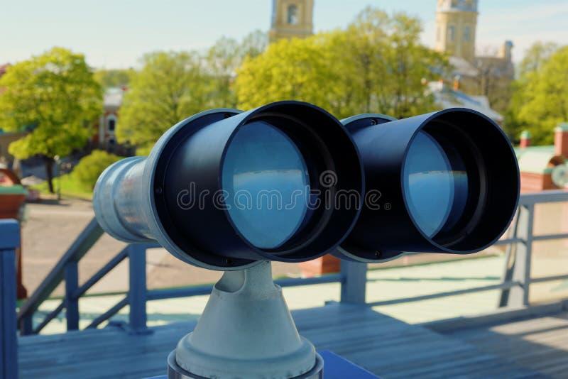 观察美好的风景的大双筒望远镜 免版税库存照片