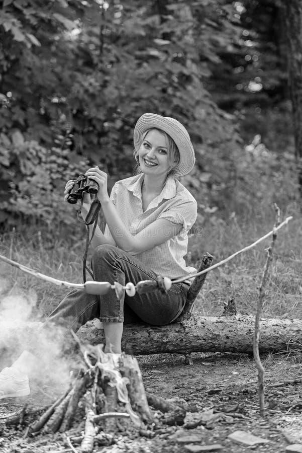 观察自然概念 女孩在森林女孩的鸟类学远征在森林里享受远足观察自然 她的爱好 免版税库存照片