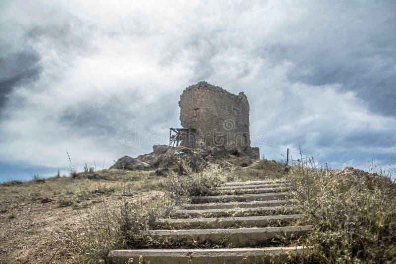 观测塔的古老废墟在Balaklava海湾的 图库摄影