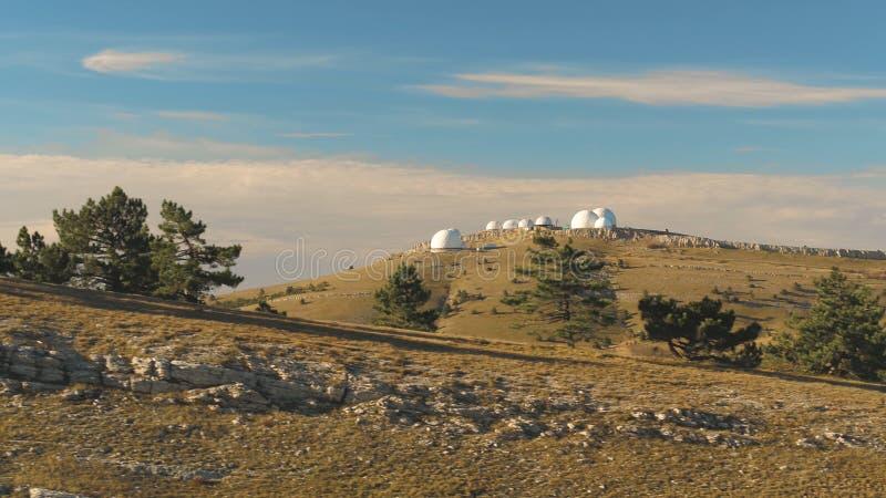 观测所白色半球形的大厦顶视图小山的 射击 天文学研究所和大 库存照片