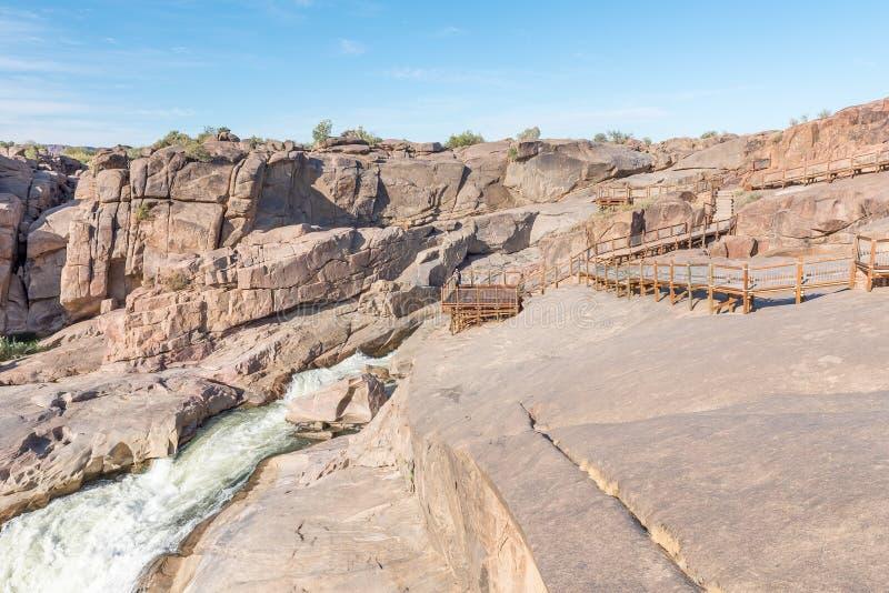 观点和木板走道在Augrabies主要瀑布上 免版税图库摄影