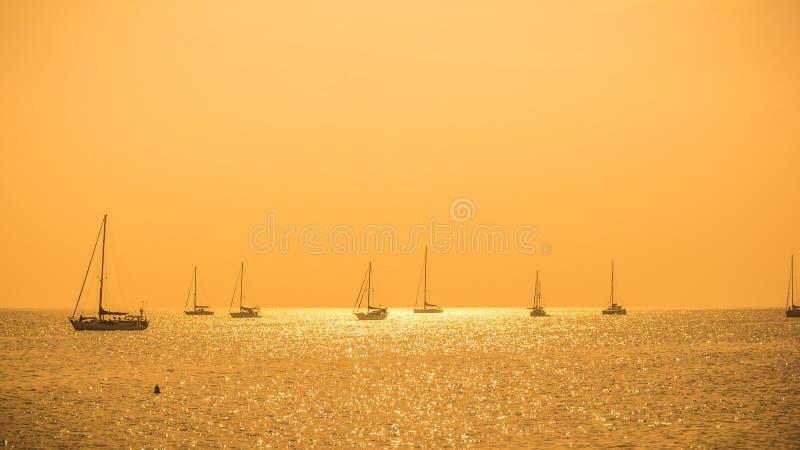 观点日落Naiharn海滩-普吉岛 免版税库存照片