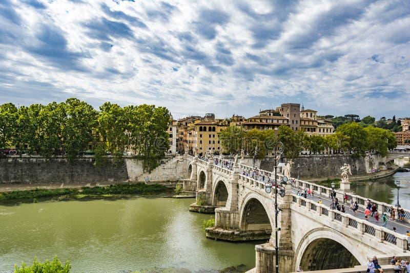 观点的人在圣从Castel Sant `安吉洛的天使桥梁走在罗马市 库存照片