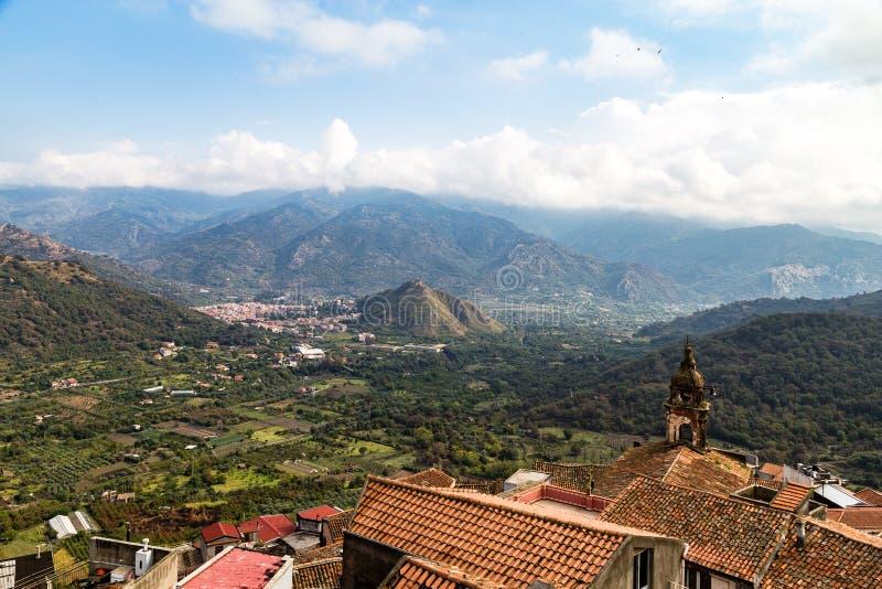 观点的从卡斯蒂廖内迪西奇利亚的阿尔坎塔拉河谷 库存图片