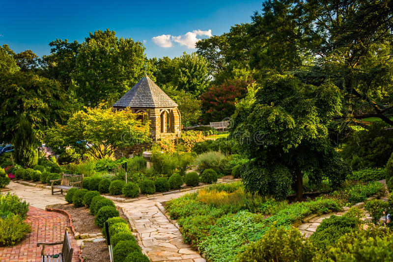 观点的华盛顿国民大教堂的主教的Garden 图库摄影