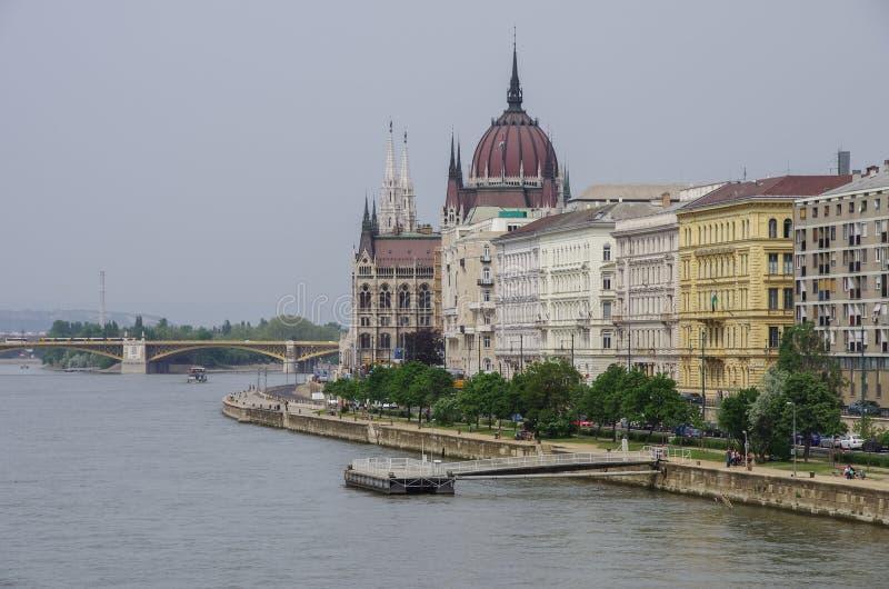 观点的多瑙河堤防和匈牙利议会Buildin 免版税库存图片