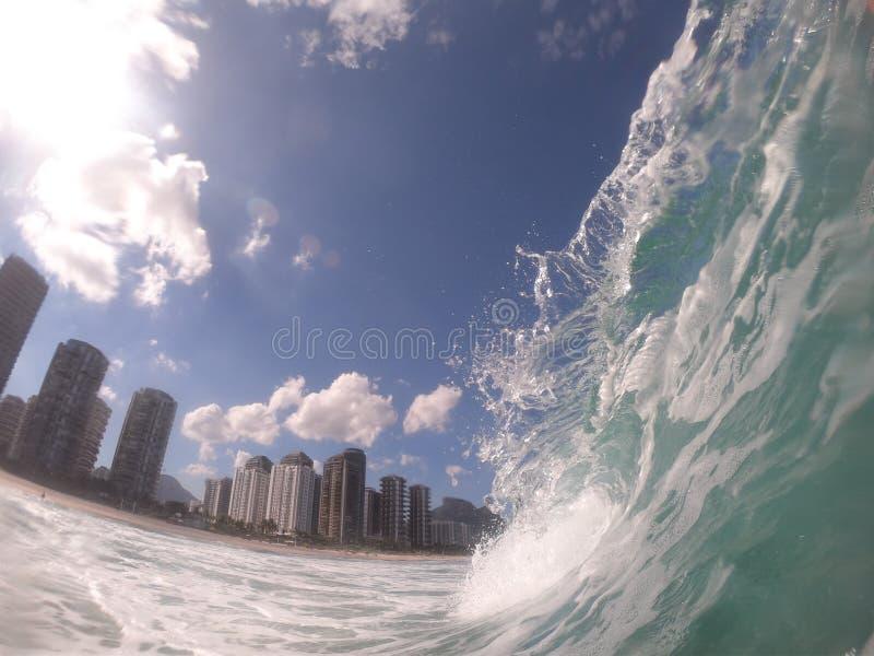 观点的巴拉da Tijuca& x27;从海里边的s海滩 有美好的形状的波峰,里约热内卢-巴西 库存照片