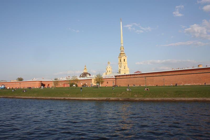 观点的彼得和保罗堡垒和游人 免版税库存照片