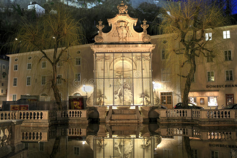 观点的很好老马在Kapitelplatz广场在晚上 萨尔茨堡,下奥地利州 免版税图库摄影