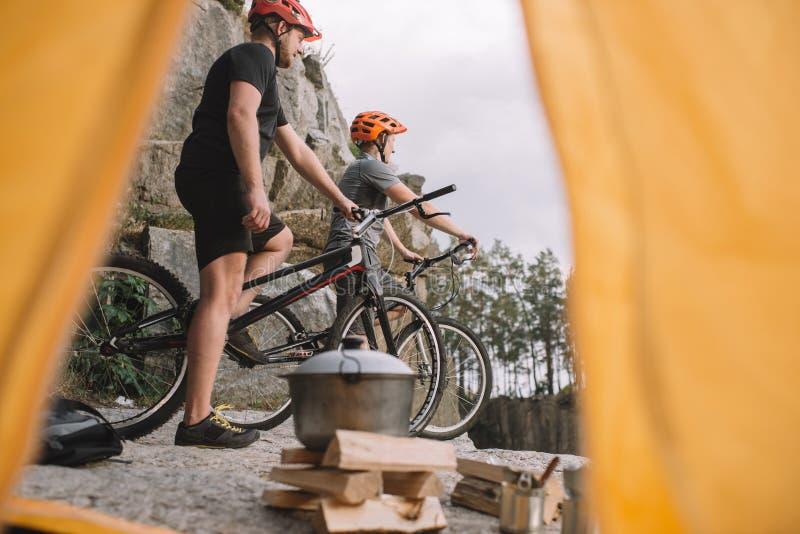 观点的户外岩石峭壁的运动试验骑自行车的人从 库存图片