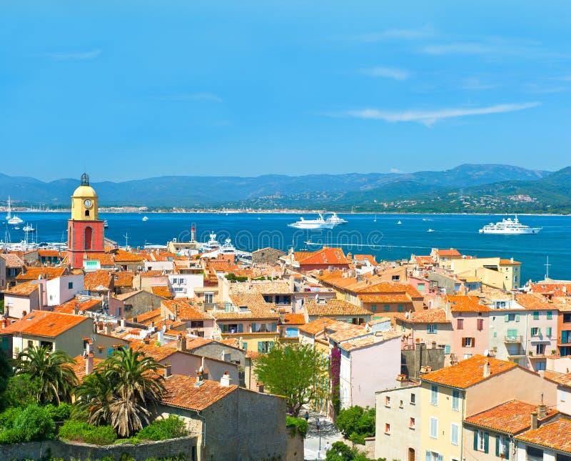 观点的有海景和蓝天的圣徒Tropez 免版税图库摄影