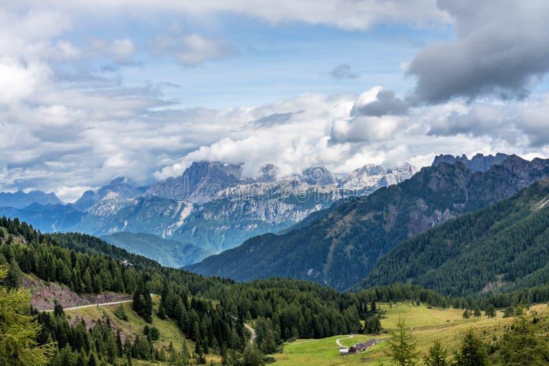 观点的瓦尔在白云岩的di法萨,特伦托自治省女低音阿迪杰,意大利 免版税图库摄影