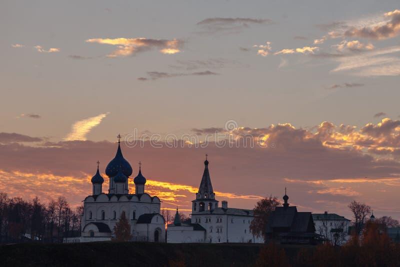 观点的苏兹达尔位于卡缅卡河的克里姆林宫日出 金黄环形俄国 免版税库存照片