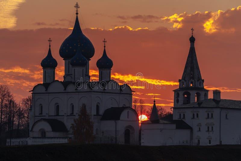 观点的苏兹达尔位于卡缅卡河的克里姆林宫日出 金黄环形俄国 库存照片