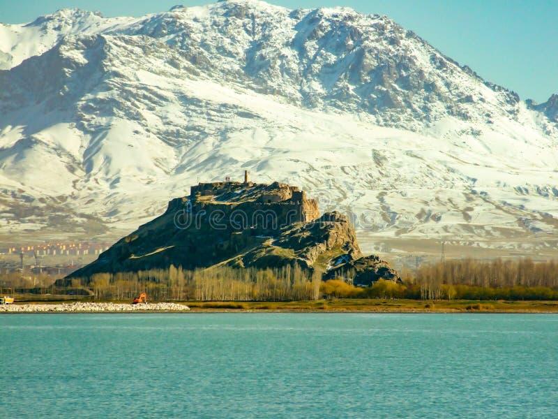 观点的范castle,多雪的monutains背景 范,土耳其 Artos山 免版税库存图片