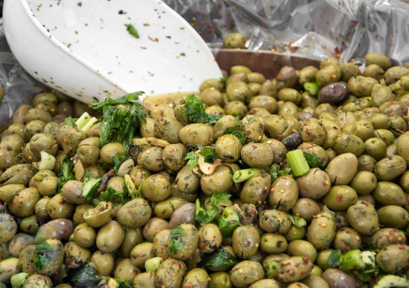 观点的调味绿橄榄在农夫市场上 库存照片