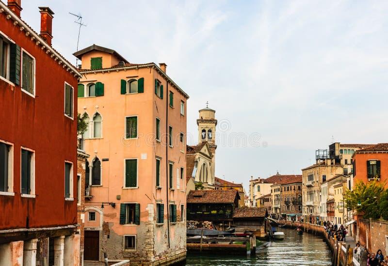 观点的走在边路的威尼斯运河和游人 库存图片