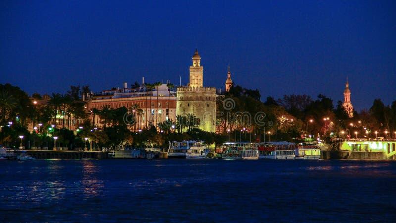 观点的金黄Tower托尔del塞维利亚,安大路西亚,在河瓜达尔基维尔河的西班牙Oro  库存图片