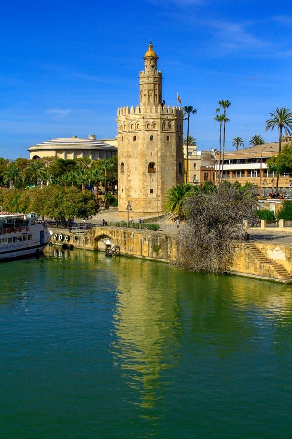 观点的金黄Tower托尔del塞维利亚,安大路西亚,在河瓜达尔基维尔河的西班牙Oro  库存照片