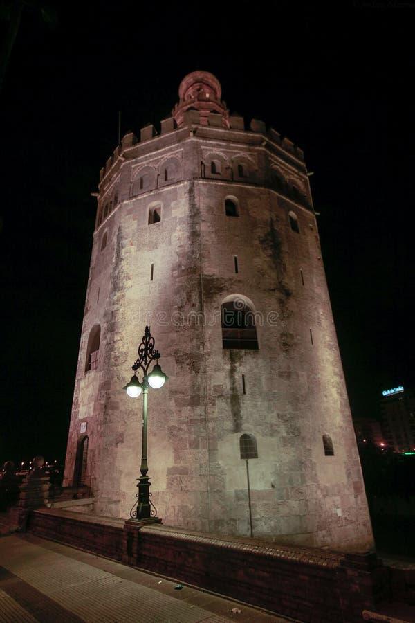 观点的金黄Tower托尔del塞维利亚,安大路西亚,在河瓜达尔基维尔河的西班牙Oro  免版税库存图片