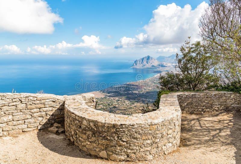观点的从埃里切,西西里岛,意大利的Monte Cofano 免版税库存照片