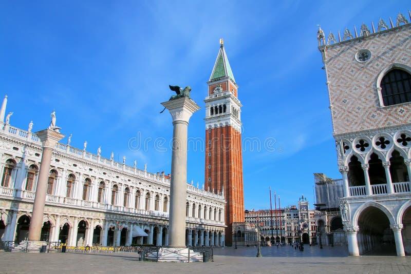 观点的Piazzetta有圣马克` s钟楼的, Ve的狮子圣Marco 免版税库存照片