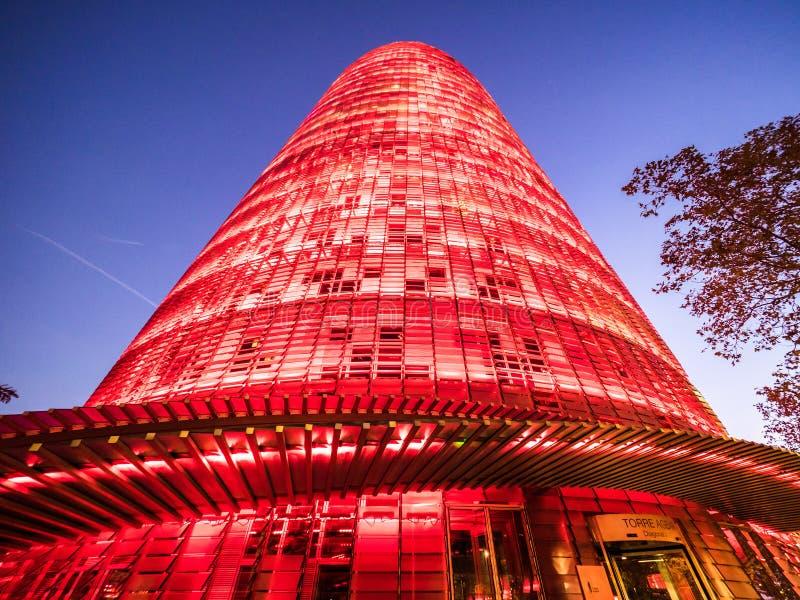 观点的Torre Agbar在晚上 库存图片