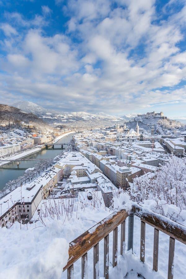 观点,萨尔茨堡在冬天:斯诺伊历史中心,阳光 库存图片