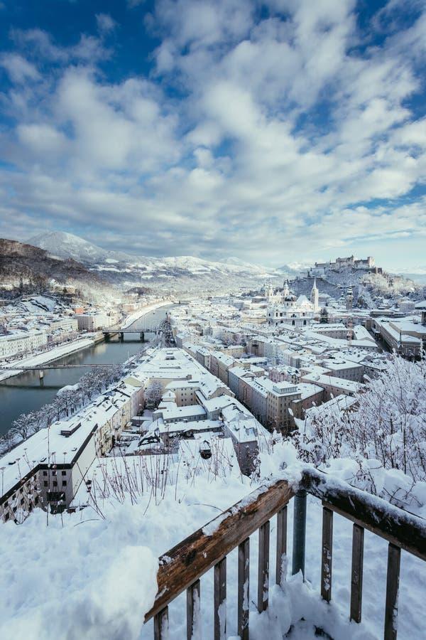 观点,萨尔茨堡在冬天:斯诺伊历史中心,阳光 免版税库存照片