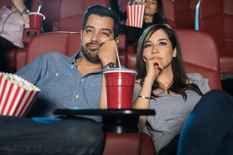 观看一部乏味电影的夫妇 库存照片