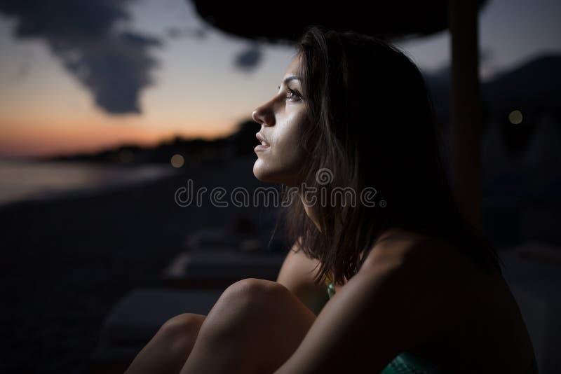 观看与月亮的海洋的妇女海天线在天空 蚀月亮 星期日的蚀 免版税库存图片