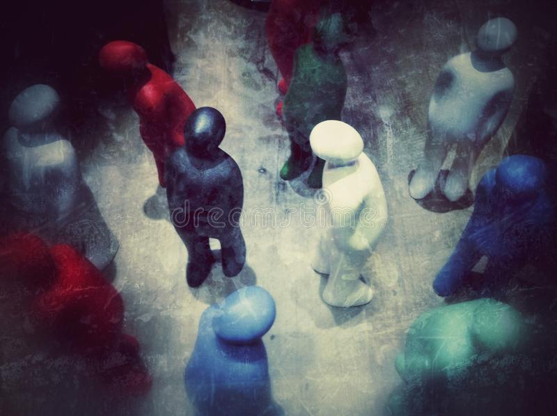 观看五颜六色的塑料的小雕象,人群和观众概念葡萄酒样式 库存照片