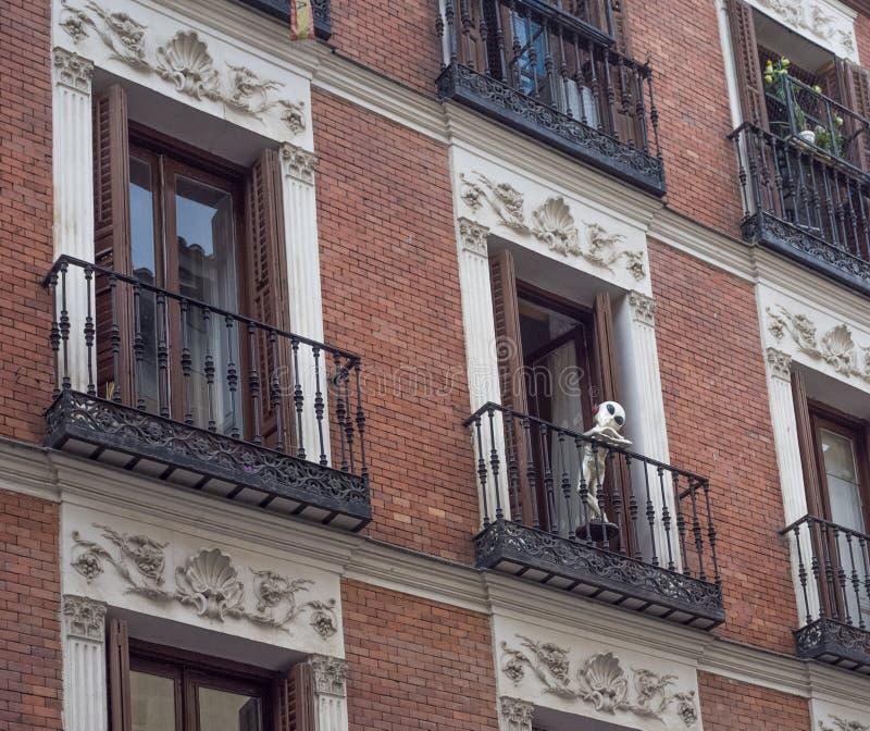 观看从一个修造的窗口的外籍人邻居 免版税库存图片