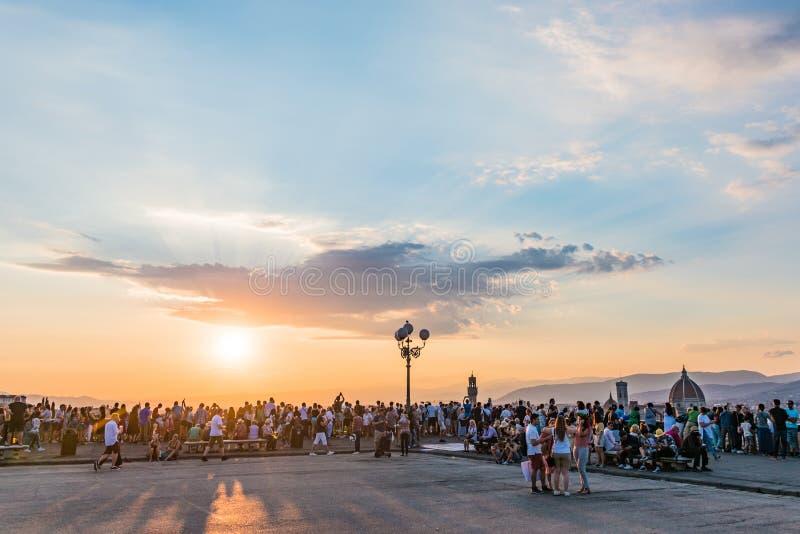 观看佛罗伦萨全景的人们 从米开朗琪罗广场的日落 r 免版税库存图片