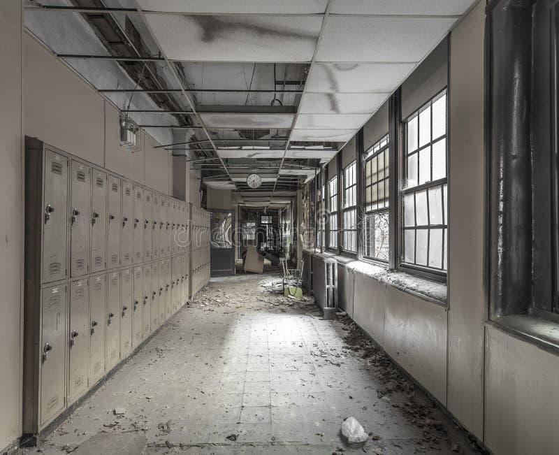 观看在一个走廊下在一所被放弃的高中 免版税库存照片