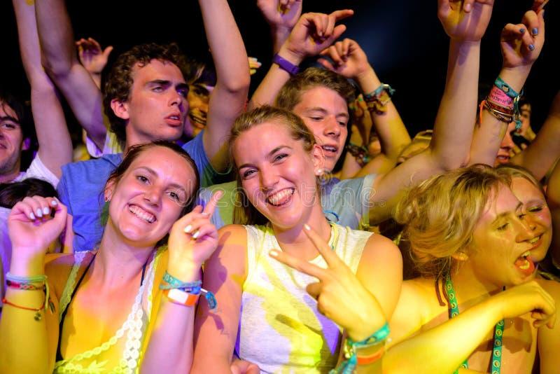 观看在人群的妇女一个音乐会在小谎节日 免版税库存图片
